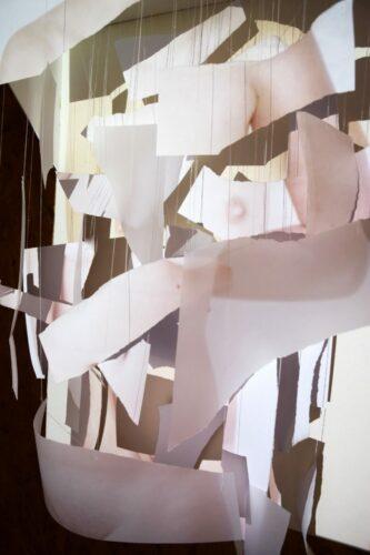 Géraldine Arlet, Des yeux sur nos corps, 2019, installation, morceaux de papier blanc et de papier, calque, projection d'image, 80 cm x 60 cm x 25 cm.