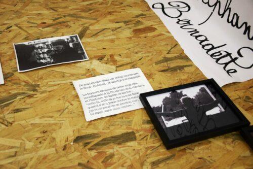 Oleñka Carrasco, La Liste des prénoms, depuis 2016, installation, toiles canevas, tirages argentiques et papier kraft.